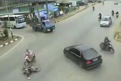 Xe máy bỏ chạy sau tai nạn, ô tô dừng lại ân cần giúp