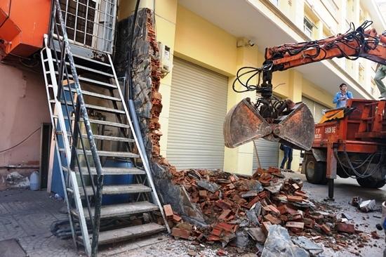 Quận 1, Đoàn Ngọc Hải, phá tường, cẩu xe sang, Lexus 570, nhà trăm tuổi, vỉa hè