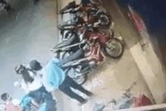 Bé trai bị xe máy chèn ngang người vì mẹ dừng xe bất cẩn