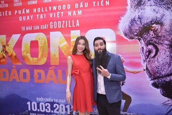 Đạo diễn 'Kong: Skull Island' tình cảm selfie với Hồ Ngọc Hà