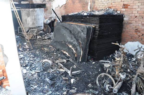 Vụ cháy cửa hàng bán quan tài: 4 nạn nhân ôm nhau chết