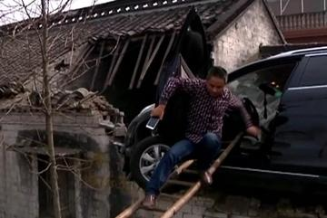 Nhấn nhầm chân ga, ô tô bay thẳng lên nóc nhà
