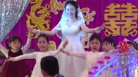 Cô giáo mầm non múa với học sinh trong đám cưới của mình