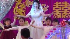 Cô giáo mầm non múa với học trò trong lễ cưới của mình