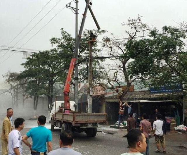 Một công nhân bốc cháy nghi ngút trên cột điện