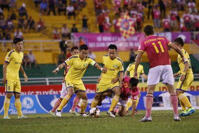 Trọng tài tưởng tượng quả penalty trên sân Thống Nhất?