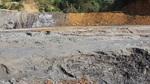 Hồ chứa chất thải quặng bị vỡ chỉ được gia cố bằng đất, đá