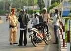 Nam thanh niên dùng dao tự cứa cổ khi bị CSGT chặn xe