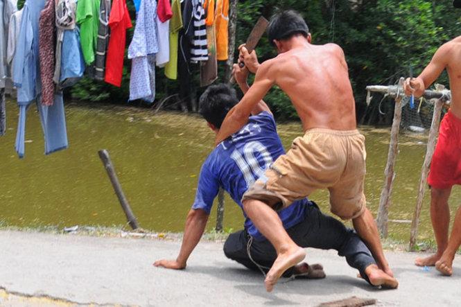 """Nhảy sông chết đuối vì bị """"trai làng"""" đuổi đánh"""