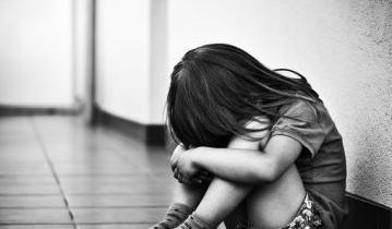 Ngủ cùng cha mẹ, bé gái vẫn bị kẻ xấu giở trò đồi bại