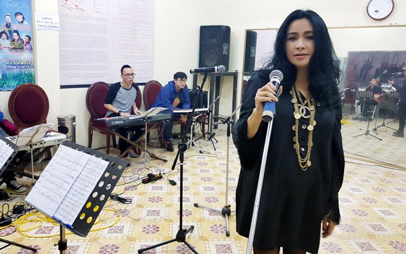 Sau sự cố bị nhầm tên, Thanh Lam bình thản tập hát