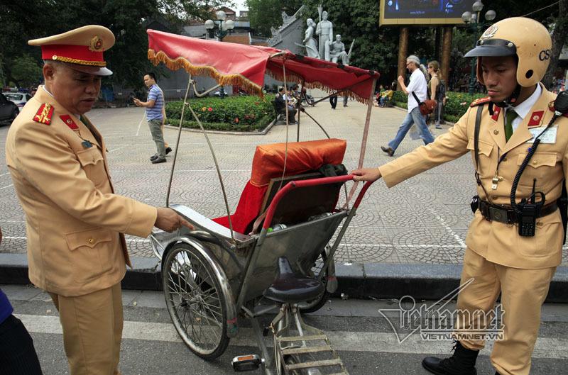 CSGT xử lý hàng loạt xe đỗ sai trước cổng Thành ủy Hà Nội