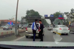 Hành xử bất ngờ của 2 tài xế va chạm ô tô ở Hà Nội