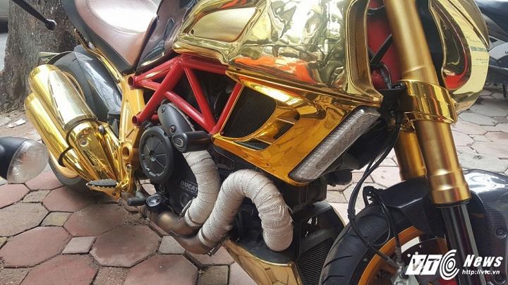 Siêu xe Ducati Diavel mạ vàng gây chú ý trên phố Hà Nội