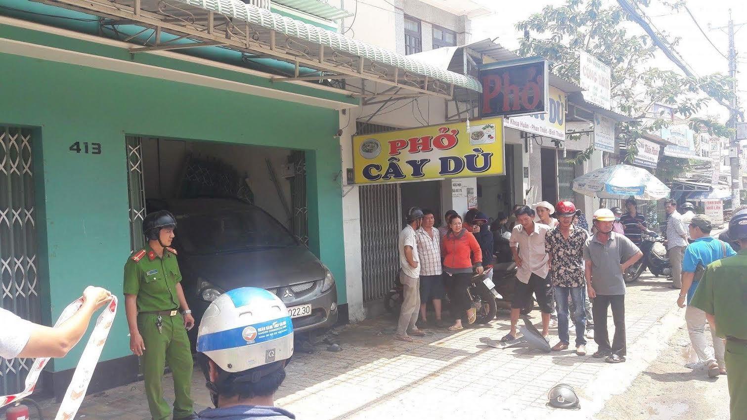 Nhân viên rửa xe lái ô tô của khách tông 2 người trọng thương