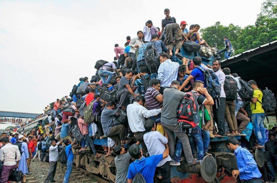 Khó tin cảnh hành khách bu kín trên nóc tàu vào giờ cao điểm