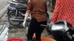 Cảnh khuấy chân vào chậu lòng lợn ở nhà hàng nổi tiếng Hà Nội