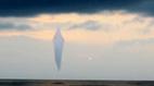UFO khổng lồ hình kim cương xuất hiện trên biển?