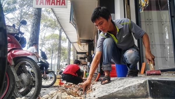 Dân quận 10 tự tháo dỡ công trình lấn chiếm vỉa hè