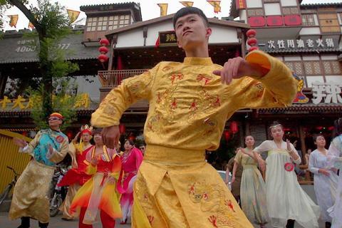 Chiêu cạnh tranh kỳ lạ của các nhà hàng ở phố Quỷ Bắc Kinh
