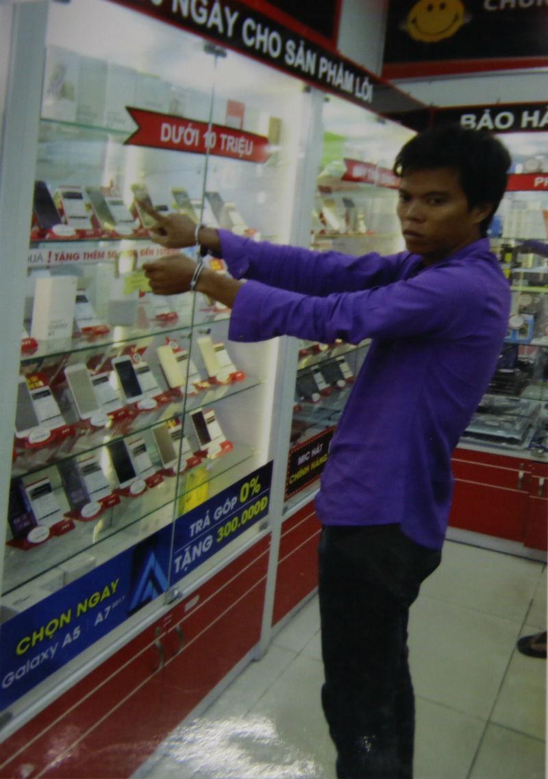 vụ trộm ở cửa hàng FPT Nguyễn Sơn, trộm điện thoại, ăn cắp điện thoại