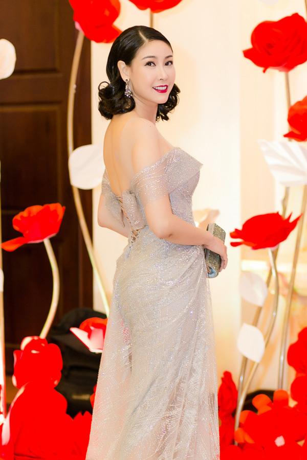 Hà Kiều Anh đẹp tựa nữ thần với váy dạ hội xuyên thấu