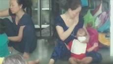 Hai bảo mẫu ở Sài Gòn hành xử thô bạo khi cho trẻ ăn