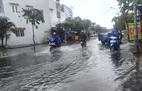 Mưa lớn giữa mùa khô, đường phố TPHCM ngập nặng