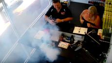 Phone 6 Plus phát nổ khói mù mịt trong cửa hàng sửa điện thoại