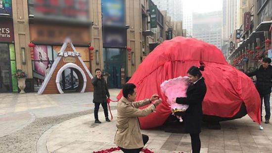 TQ: Chàng trai cầu hôn bạn gái bằng tảng đá 33 tấn