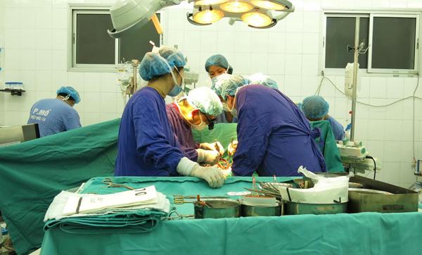 Tim bệnh nhân chết não đập trong ngực bé 10 tuổi