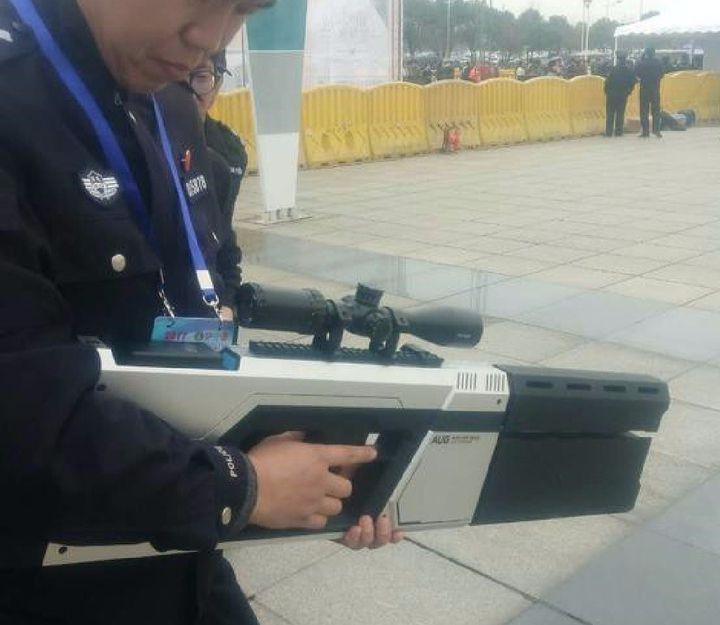 Cảnh sát TQ được trang bị súng đặc biệt bắn hạ drone