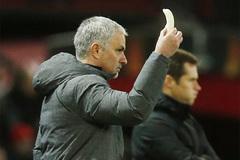 Phì cười cảnh Mourinho bóc chuối đưa học trò ăn giữa trận