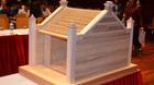 Chiêm ngưỡng mô hình cổng làng Mông Phụ bằng gỗ quý của Nhật