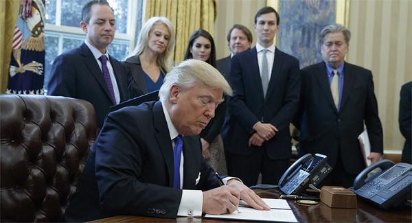 Vì sao 'đoàn tùy tùng' luôn kè kè bên ông Trump?