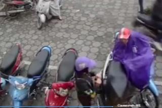 Cảnh giác với chiêu mặc áo mưa để móc túi xách trong cốp xe