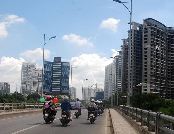 Một hẻm 'nhồi' 3 dự án chung cư... người dân 'đi đằng trời'?!