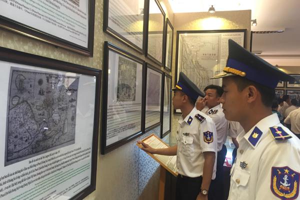 Chiến sĩ Vùng Cảnh sát biển 4 tìm hiểu tư liệu chủ quyền