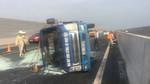 Xe tải nổ lốp lật nhào trên cao tốc Hà Nội - Hải Phòng