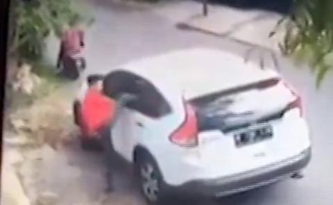 Dùng bugi xe máy đập kính ôtô vỡ vụn để trộm túi xách