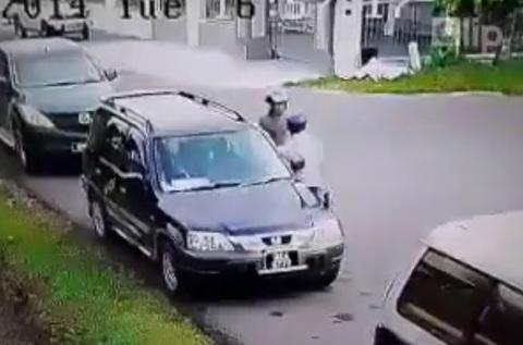 Dùng gạch đập kính ô tô để trộm