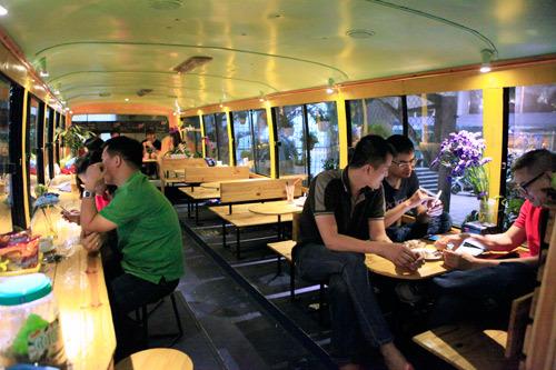 quán bún chả trên xe buýt, cà phê trên máy bay, cà phê trên xe buýt, dẹp vỉa hè, kinh doanh vỉa hè