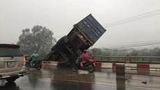 Tai nạn liên hoàn, xe tải 18 bánh treo lơ lửng trên cầu Thanh Trì