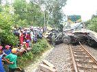 Tàu hỏa tông xe tải vỡ nát dính cứng trước đầu máy, 1 người chết