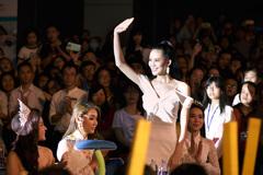 Người đẹp Sang Lê được chào đón khi về trường cũ