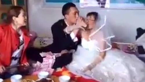Clip cô dâu già quăng tiền dụ chú rể trẻ mua vui gây sốt