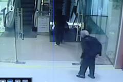 Cứu cụ bà ngã từ thang cuốn tại trung tâm mua sắm