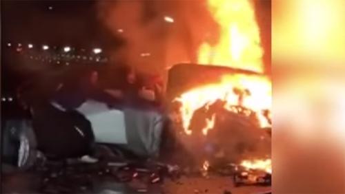 3 ô tô đâm liên hoàn bốc cháy, nghẹt thở cảnh giải cứu người bị thương