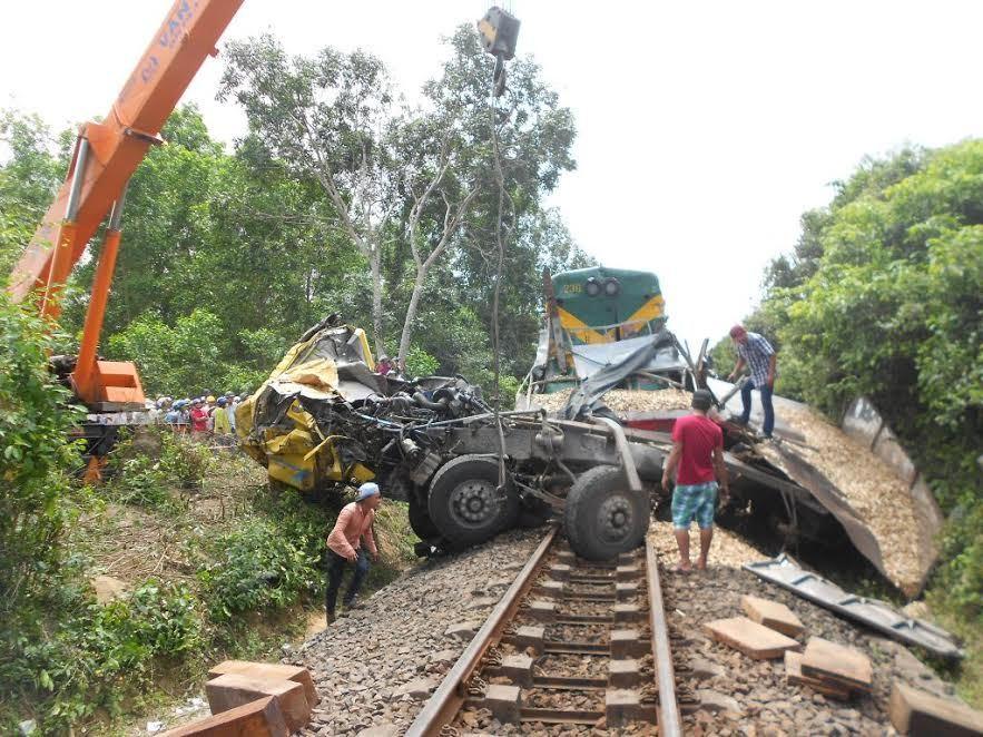 tàu hỏa tông xe tải, quên đóng gác chắn, Bình Định