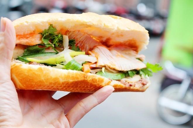 6 xe bánh mì luôn có khách xếp hàng dài ở TP.HCM